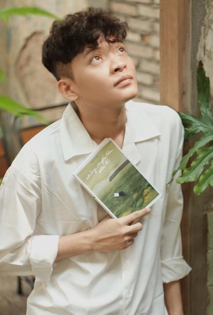 Tác giả Bỉnh Khôi sinh năm 1992, tốt nghiệp Thạc sĩ Ngữ văn, Đại học Văn Hiến (TP HCM), hiện làm trong lĩnh vực truyền thông.