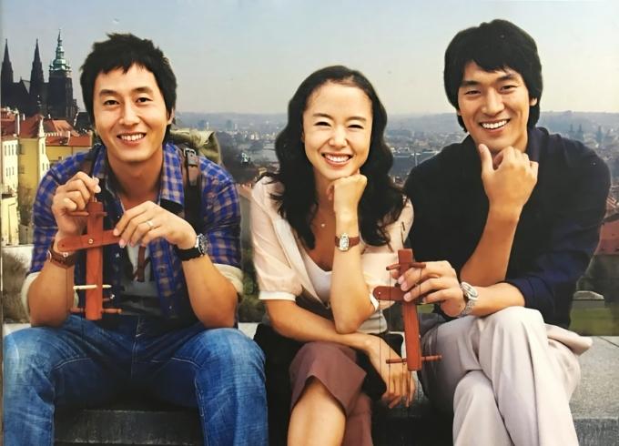 Phim lên sóng đài SBS từ tháng 9/2005, rating cao nhất đạt 30,3%. Biên kịch Kim Eun Sook khai thác chuyện tình gặp trắc trở của Yoon Jae Hee (Jeon Do Yeon) - con gái của tổng thống Hàn Quốc. Sau tan vỡ mối tình đầu, cô đếnPrague (Cộng hòa Séc) công táctại Đại sứ quánHàn. Trải qua cơn bạo bệnh, cô gặp và phải lòngChoi Sang Hyun(cố nghệ sĩ Kim Joo Hyuk đóng) -thám tử Hàn đến Praguetìm bạn gái cũ. Hai tâm hồn thương tổn xích lại gần nhau nhưng gặp rào cản địa vị xã hội. Trên Naver và các diễn đàn lớn châu Á, nhiều khán giả nói mê đắm thiên nhiên, cảnh sắc đất nước Séc.