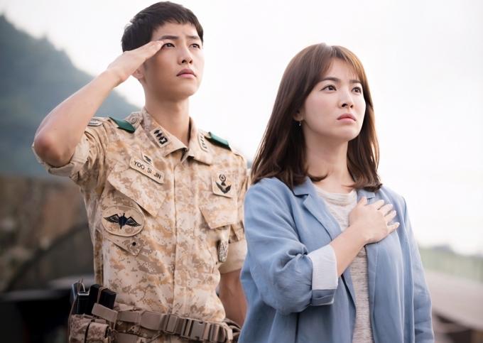Hậu duệ mặt trời gây bão châu Á suốt thời gian phát sóng,rating tập cuốilên đến 38,8%. Nhà sản xuất chi13 tỷ won (hơn 246 tỷ đồng) cho kỹ xảo, chiêu mộ dàn diễn viên hạng A và quay ở nhiều nước châu Âu, Canada. Phim khai thác lý tưởng bảo vệ hòa bình, cứu chữa bệnh nhâncủa đội ngũ quân y Hàn Quốc. Đại úy Yoo Shi Jin (Song Joong Ki) và nữ bác sĩ chiến trường Kang Mo Yeon (Song Hye Kyo) đồng hành, gắn kết nhaukhi làm nhiệm vụ tạiđất nước giả tưởng Uruk. Nhờ đề tài mới mẻ, đậm tính nhân văn, Kim Eun Sook đoạt giải Nhà vănxuất sắc tại KBS Drama Awards 2016.TạiTrung Quốc, phim đạt hơn mộttỷ lượt xem trên trang trực tuyến iQuiyi.Nhật Bản chi gần haitỷwon (khoảng 37,9 tỷđồng) muabản quyềnphát sóng.Nhiều nước châu Ácũng mua bản quyền làm lại Hậu duệ mặt trời, trong đó có Việt Nam.