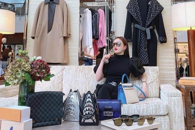 Sau khi lấy chồng, Bảo Thy hạn chế hoạt động nghệ thuật để nghỉ ngơi, đi chơi cùng ông xã. Cô từng kể: Thích đi đâu, hai vợ chồng có thể xách valy lên đường đi liền.
