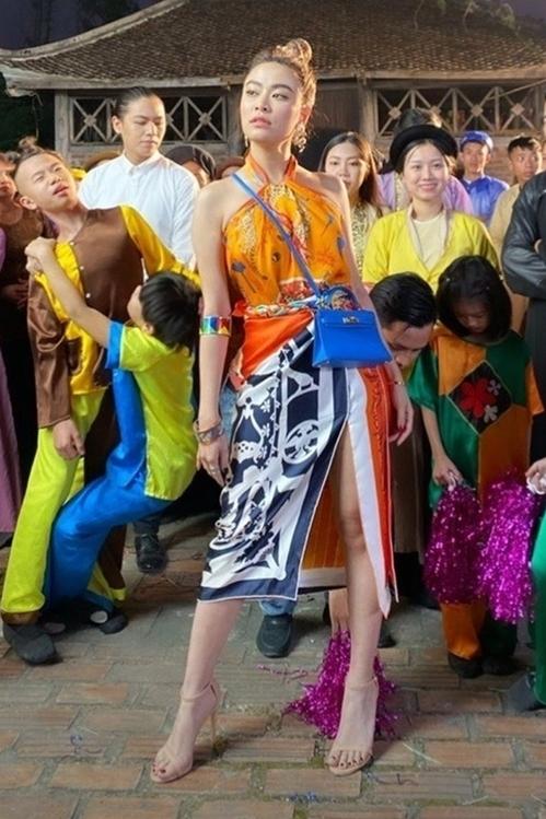 Hoàng Thuỳ Linh từng tạo ấn tượng mạnh với khán giả khi dùng 8 chiếc khăn Hermes để tạo nên một trang phục hoàn hảo trong MV nhạc. Sự khéo léo này được thực hiện bởi stylist Hoàng Ku. Cô cũng là nữ nghệ sĩ tiên phong cho cách lên đồ bằng khăn. Biết đâu được, với sức ảnh hưởng tới lớn cộng đồng từ Tú Hảo, Hoàng Thuỳ Linh... mốt lấy khăn cuốn thành váy áo trở thành xu hướng trong năm 2020.