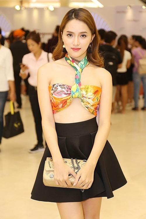Hương Giang ghép hai chiếc khăn để có mẫu bra-top hình nơ tông rực rỡ.