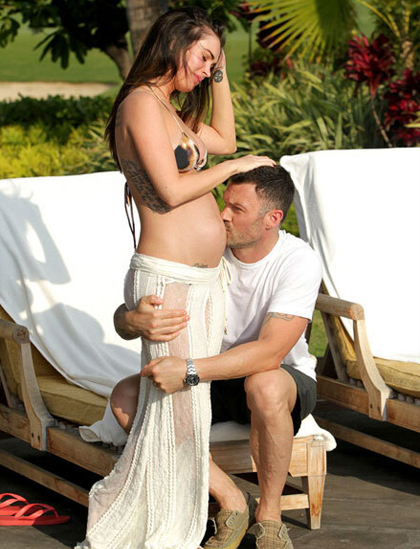 Nam diễn viên hôn bụng bầu của vợ trong kỳ nghỉ ở Hawaii, Mỹ tháng 6/2012. Ảnh: AKM-GSI.