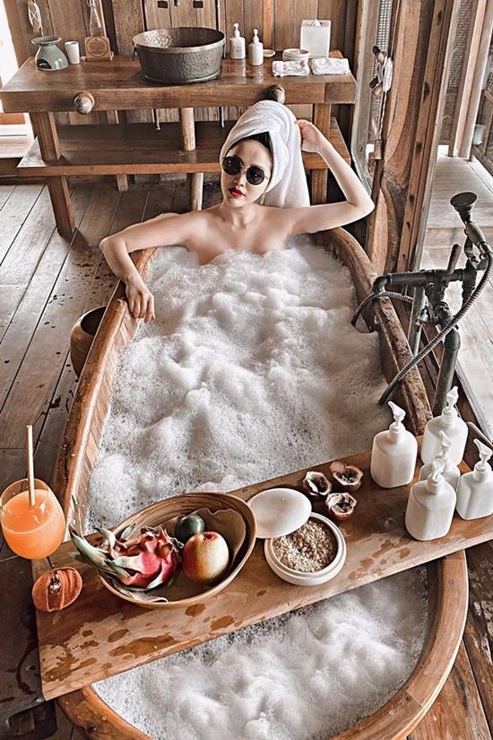 Người đẹp ngâm bồn thư giãn tại một villa ở Nha Trang, nơi vợ chồng cô kỷ niệm sáu tháng kết hôn.