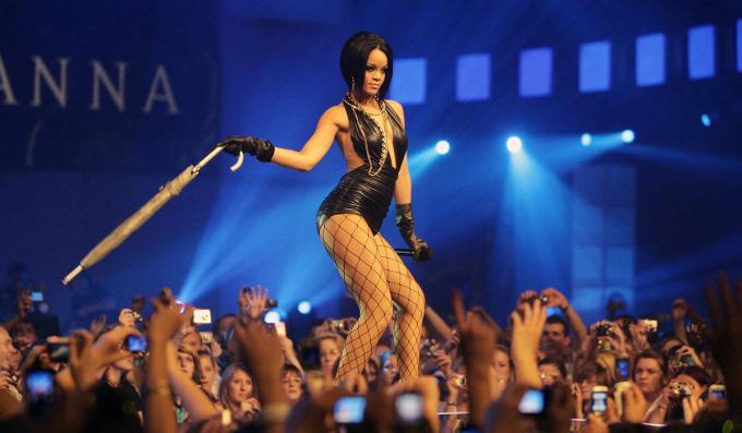 Năm 2007, Rihanna có bước đột phá với đĩa đơn Umbrella hát cùng Jay Z. Ca khúc đứng đầu bảng xếp hạng 13 quốc gia, gồm nhiều thị trường lớn như Anh, Mỹ với doanh số hơn 8 triệu bản. Umbrella cũng giúp cô đoạt giải Grammy đầu tay ở hạng mục Màn kết hợp rap và hát xuất sắc.