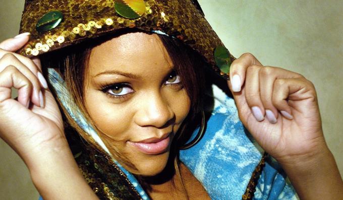 Mới đây, Rihanna kỷ niệm 15 năm ngày phát hành ca khúc đầu tay Pon de Replay, bước chân vào làng nhạc. Ca khúc - ra mắt hôm 24/5/2005 - là điểm khởi đầu. Tôi có vị trí hôm nay nhờ sự phù hộ của Chúa và tình yêu của các bạn. Cảm xúc vẫn nguyên vẹn như ngày hôm qua, khi tôi run rẩy chuẩn bị tham gia buổi thử giọng của Jay Z. Tôi yêu và trân trọng navy (biệt danh nhóm người hâm mộ Rihanna) của mình, ca sĩ viết trên Instagram. Rihanna trên bìa tạp chíKoln của Đức số tháng 8/2005 (Ảnh).