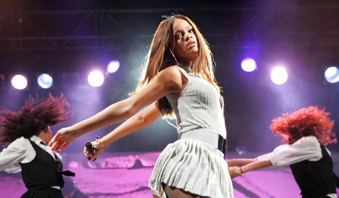 Năm 2005, Rihanna rời Barbados đến New York (Mỹ) thử giọng cho hãng Def Jam nhằm tìm cơ hội phát triển sự nghiệp. Jay Z - giám đốc lúc bấy giờ - ấn tượng với tài năng của nữ ca sĩ, lập tức đề nghị cô ký hợp đồng và yêu cầu hủy hết các buổi thử giọng với các hãng đĩa khác.Dưới sự dìu dắt của Jay Z, Rihanna nhanh chóng trở thành ngôi sao triển vọng của dòng R&B. Cô xuất hiện trong các sự kiện lớn và dần thu hút đông đảo người hâm mộ. Rihanna biểu diễn tại một đêm nhạc trước thêm lễ trao giải MTV Music Video Awards năm 2006 (Ảnh).