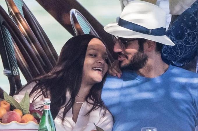 Rihanna hẹn hò tỷ phú người Arập Hassan Jameel năm 2017.Từ khi yêu, Rihanna dừng sự nghiệp ca hát, dành nhiều thời gian cho bạn trai và công việc kinh doanh.Tài sản của nữ ca sĩ tăng từ khoảng 163 triệu USD (năm 2017) lên 600 triệu USD sau hai năm. Tạp chí Forbes cho biết Rihanna là nữ ca sĩ giàu nhất thế giới tính đến năm 2019.Hai người chia tay hồi tháng 1, sau ba năm yêu. Trước đó, Rihanna nhiều lần thổ lộ muốn có con, lập gia đình với Hassan.