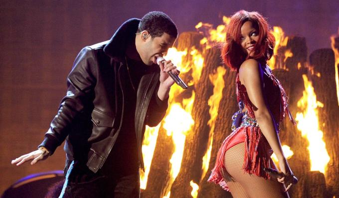 Năm 2011, Rihanna đoạt giải Grammy cho hạng mục nhạc dance với Whats My Name hát cùng Drake (trái). Theo Rolling Stone, hai người nhiều lần chia tay và tái hợp từ năm 2009 đến 2016. Sau khi chia tay, Rihanna và Drake giữ quan hệ bạn thân.