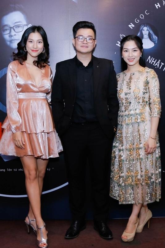 Cô (trái) diện váy ánh kim xếp tầng, đi giày cao gót tại một sự kiện ở TP HCM cuối năm ngoái.