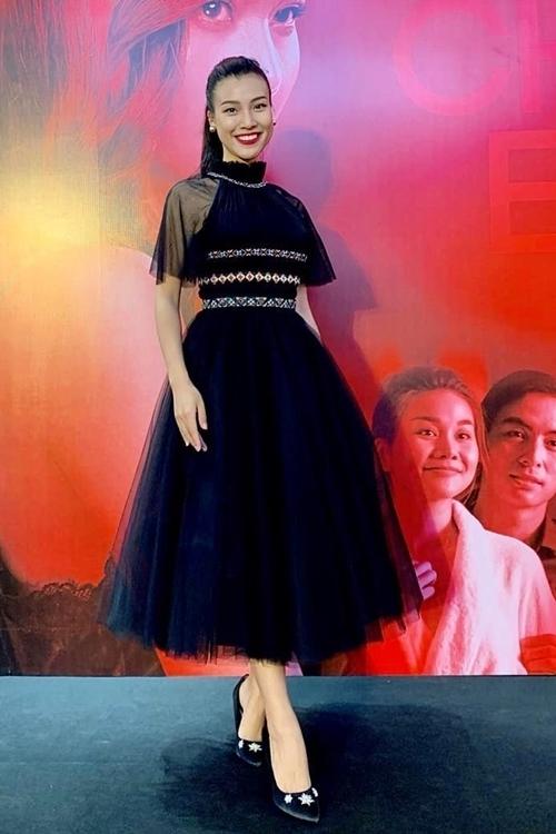 Hoàng Oanh giấu vòng hai với váy voan phồng.