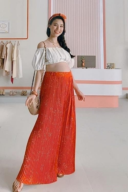 Phong cách mùa hè của người đẹp với crop-top, váy maxi và túi cói.