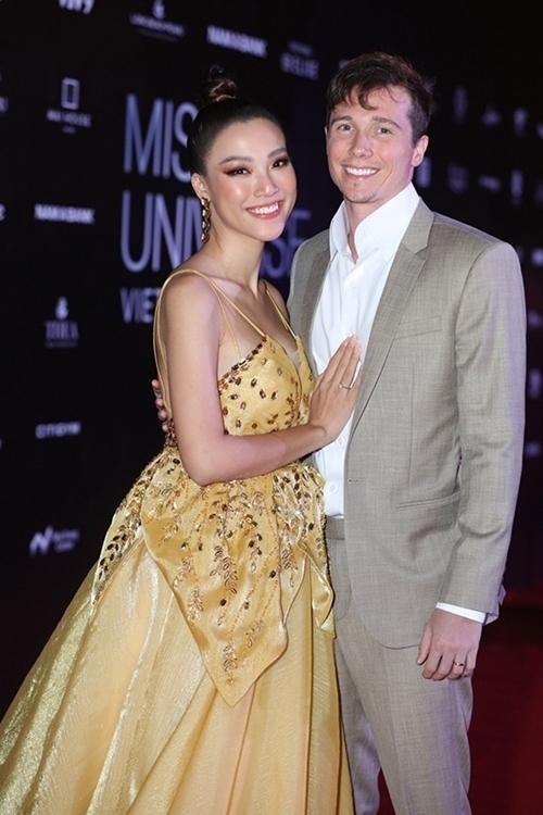 Trong chung kết Hoa hậu Hoàn vũ 2019, người đẹp diện váy dạ hội đắp vải ở phần eo khiến vóc dáng cô trông đầy đặn. Ảnh: Bil.