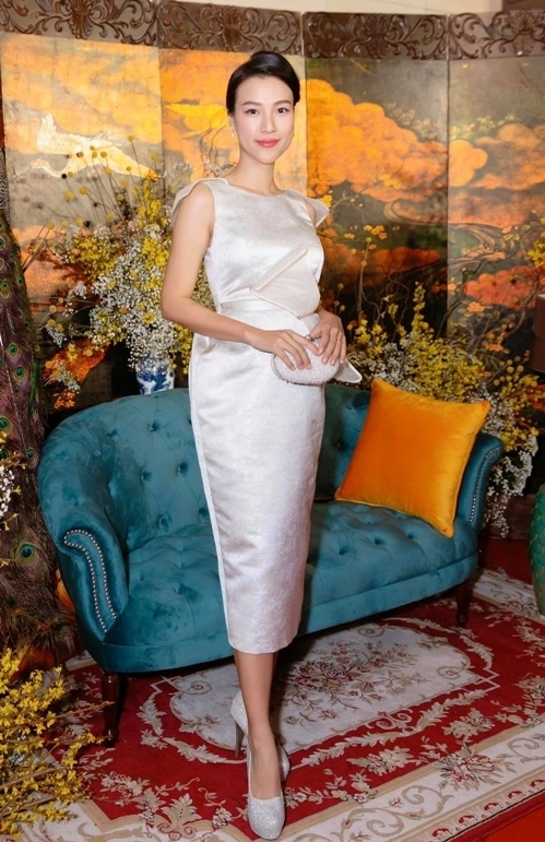 Váy dáng quả chuông phồng phần hông, phía trên ôm sát tạo phom cân đối cho người đẹp.