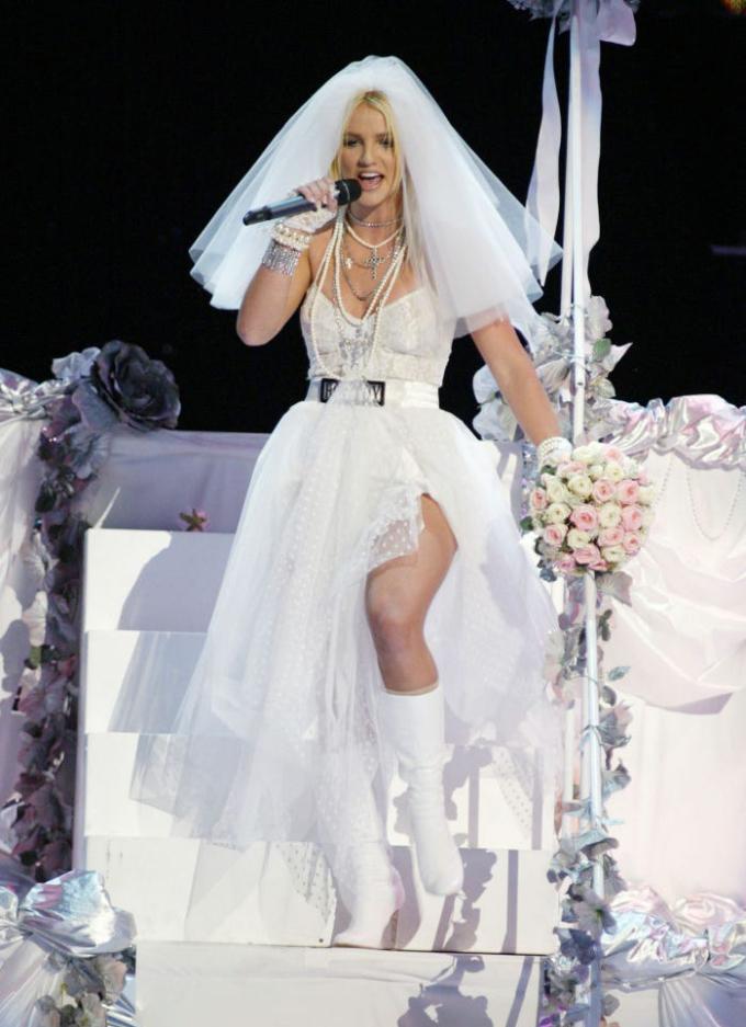 Britney hóa cô dâu, diện váy cưới khi biểu diễn ở lễ trao giải MTV cùng năm.