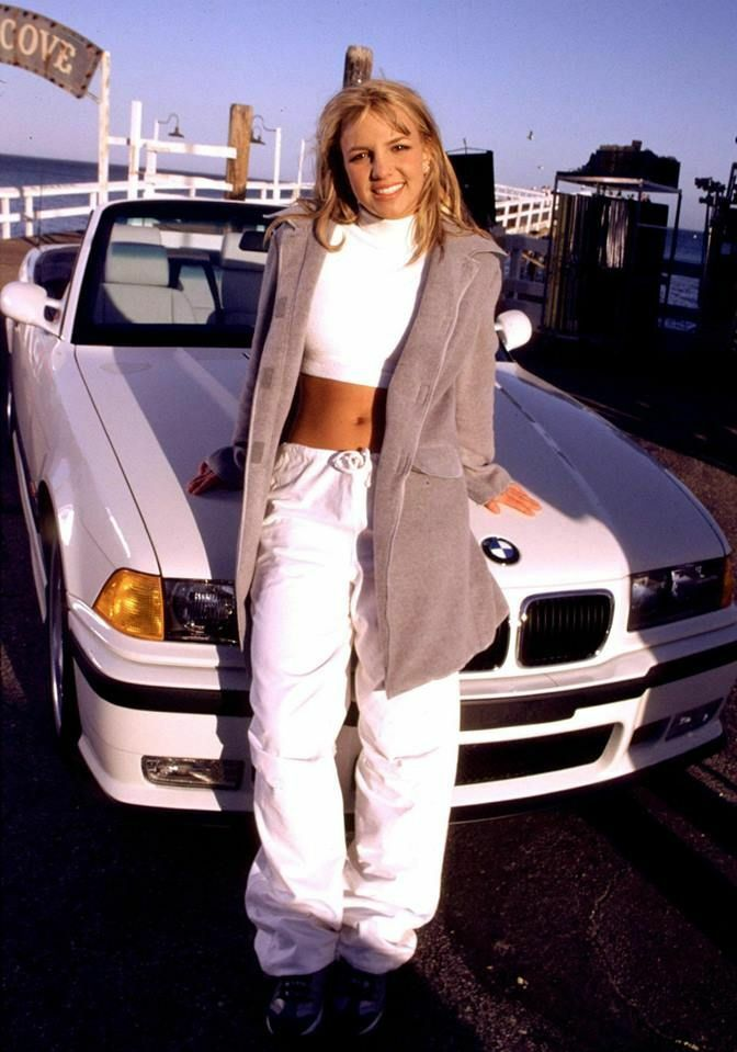Năm 1999, Britney tiếp tục gây ấn tượng trong buổi chụp hình khi quay MV Sometimes. Cô chọn cả cây trắng gồm crop top, quần thể thao.