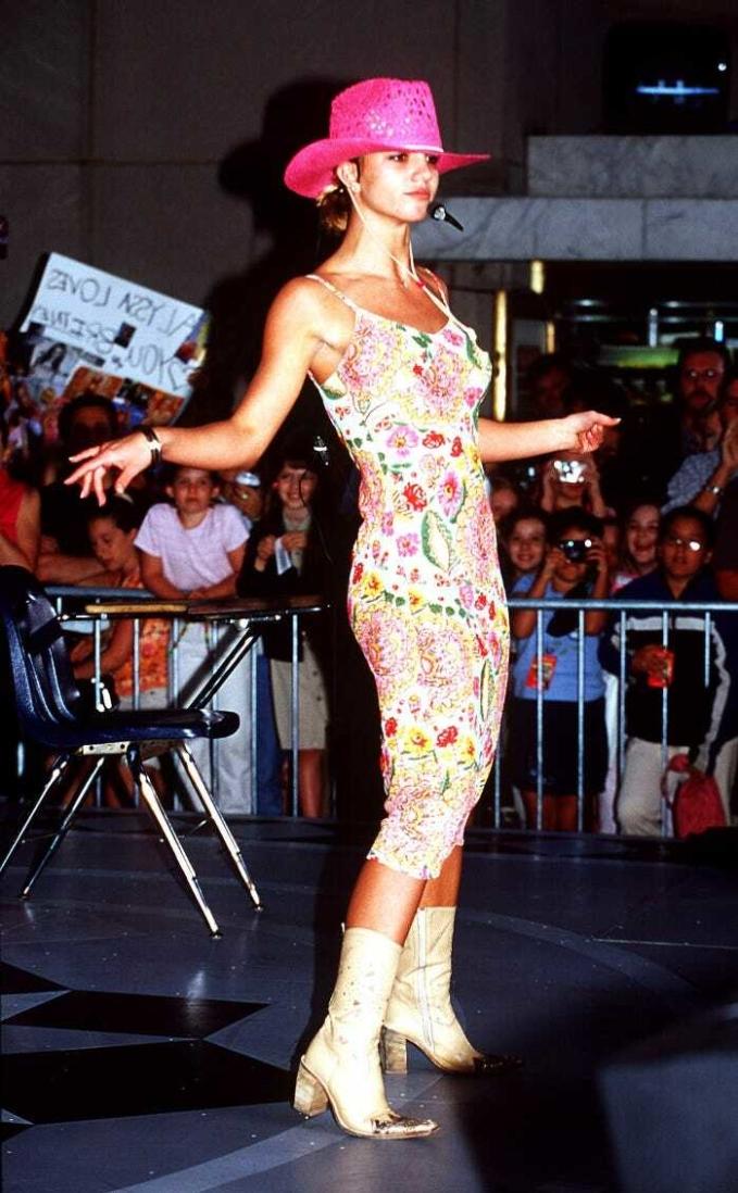 Khoảnh khắc thời trang đáng nhớ của Britney còn có bộ đầm hoa được cô kết hợp mũ phớt hồng và bốt cao bồi khi biểu diễn cho The Today Show năm 2000.