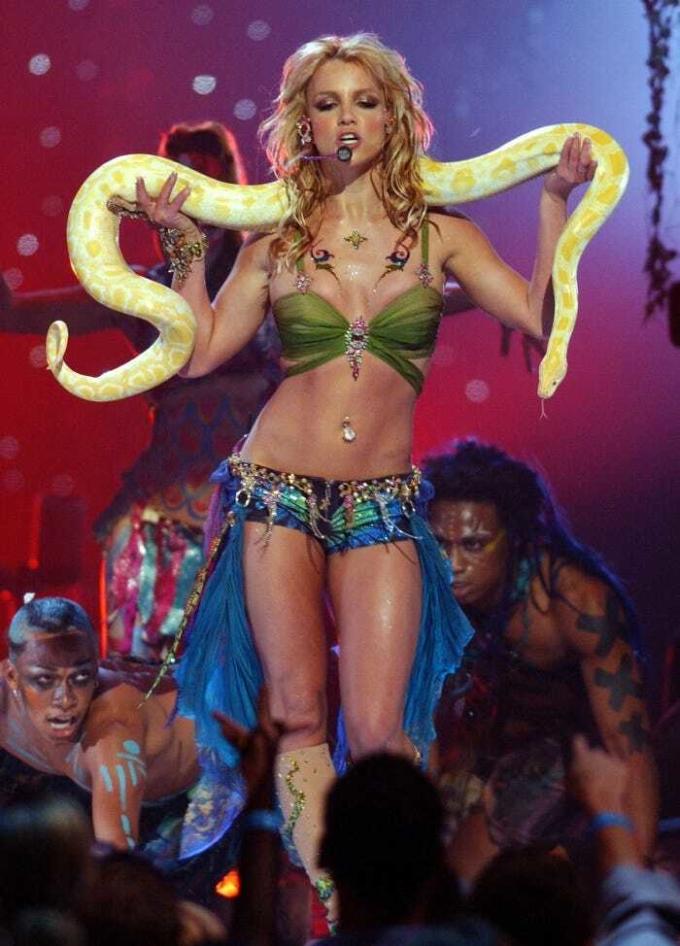 Biểu diễn tại VMAs cùng năm, cô diện phong cách du mục cùng áo ngực và