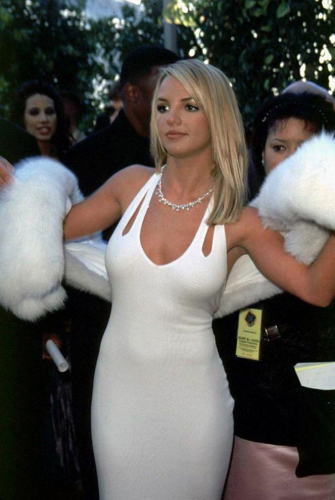 Tại Grammy 2000, danh ca người Mỹ ghi điểm trong bộ đầm đuôi cá của Randolph Duke kèm áo choàng lông trắng muốt của Oscar de la Renta.
