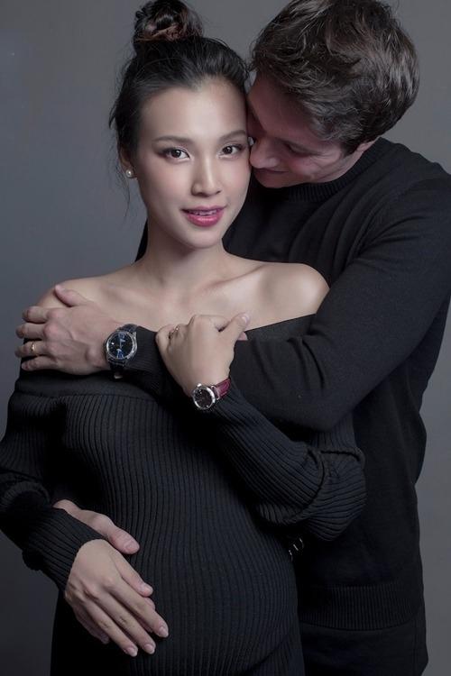 Hoàng Oanhkết hônJack Cole đầu tháng 12/2019 sau một năm yêu. Hiện cô ở tháng cuối của thai kỳ.