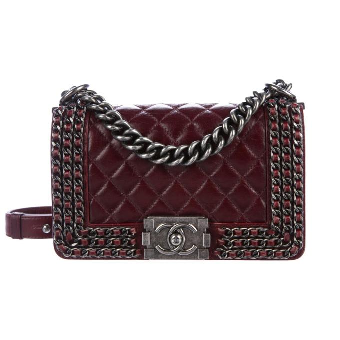 Mẫu Chanel Small Boy Chained chế táctừ da bê cao cấp, gam đỏ mận. Thiết kế códây đeo và khóa cài kim loại màu bạc xỉn, ra mắt từ năm 2015. Giá cho sản phẩm secondhand khoảng100 triệu đồng.