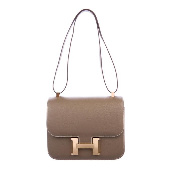 Hermes ra mắt mẫu Epsom Constance III 24 từ năm ngoái, dù sang tay, túi vẫn duy trì mức giá hơn 352 triệu đồng. Phụ kiện có phần cứng mạpalladium, dây đeo đơn linh hoạt, có thể điều chỉnh độdài. Hãng thiết kế ngăn kép, lớp lót da bên trong đồng màu thân túi.