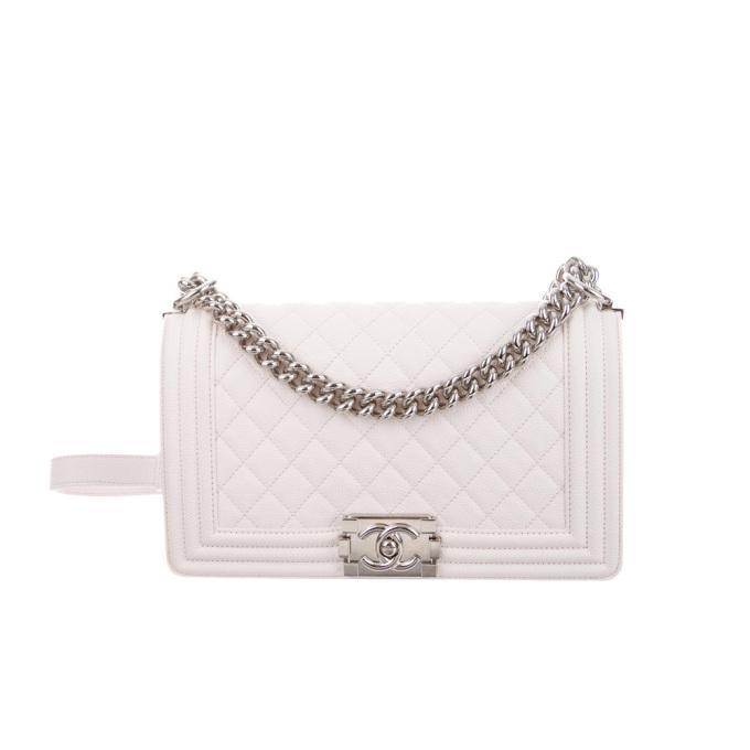Túi cỡ trung Caviar Boy của Chanel thuộc BST năm 2018, thu hút giới thượng lưu thời gian qua. Thiết kế chế táctừ da bê, gam trắng cùngnắp cài mạ bạc, tôn vẻ thanh lịch,nữ tính. Với dòngđã sử dụng, vẫn còn thẻ chính hãng, trang Joolux định giá hơn 108 triệu đồng.