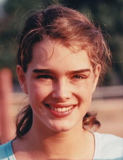 Brooke Shields sinh ra và lớn lên tại New York, là con gái của minh tinh Teri Shields và doanh nhân Frank Shields. Từ nhỏ, cô được