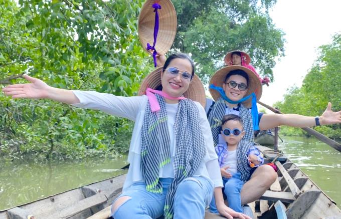 Họ trải nghiệm đi thuyền tham qua chợ nổi Cái Bè.