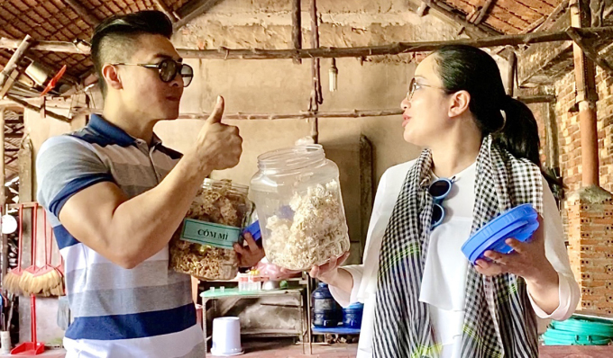Vợ chồng Quốc Cơ đến làng nghề làm cốm để tìm hiểu về cách làm món bánh nổi tiếng ở miền Tây. Tôi được trực tiếp quậu khóc vào cát nóng được đun trong chảo, tới hàng trăm độ C, anh nói.