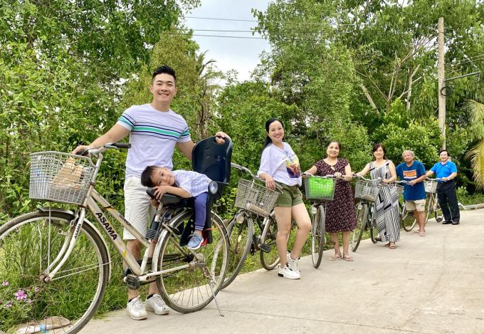Họ thuê xe đạp đi dạo quanh các khu vui chơi, ngắm cảnh để gần gũi thiên nhiên cũng như rèn luyện sức khỏe.