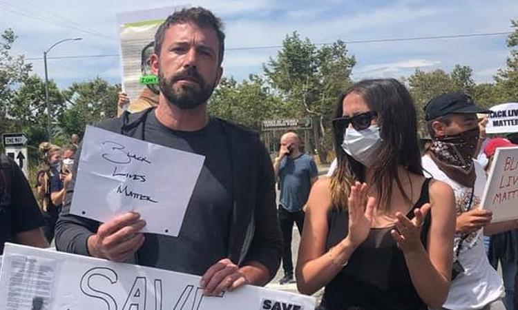 Ben Affleck cùng bạn gái đi biểu tình
