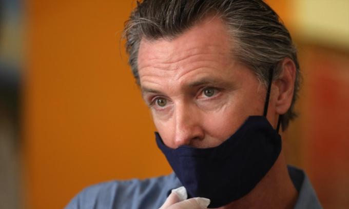 Gavin Newsom - thị trưởng bang California - thông báo cho phép sản xuất phim trở lại từ ngày 12/6. Ảnh: LA Times.