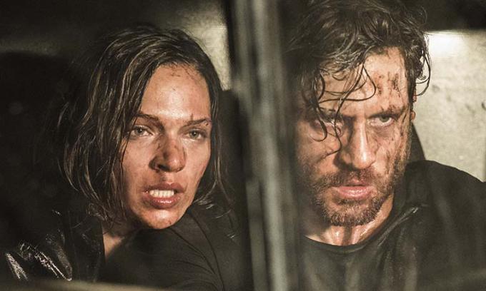 Tác phẩm mang một số yếu tố gợi nhớ thương hiệu phim kinh dị The Purge(khi nước Mỹ trải qua một ngày hỗn loạn) và seriesMoney Heist (kể về một vụ cướp táo tợn). Tuy nhiên, các tình tiết được thể hiện rối rắm, không mạch lạc. Ảnh: Netflix.