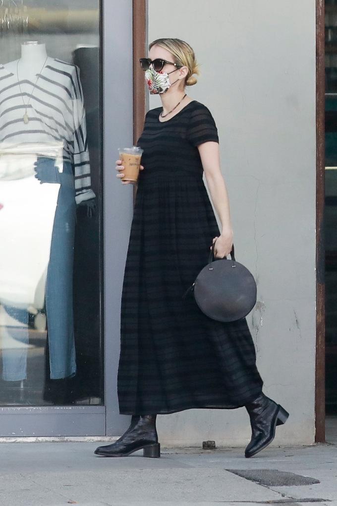 Ngày 6/6, Emma Roberts - người đẹp đa tài của của điện ảnh thế giới - diện đầm maxi chiết eo cao khi dạo phốLos Angeles (Mỹ). Cô hoàn thiện set đồ đen với boots cổ thấp, kính râm và túi trống tròn.