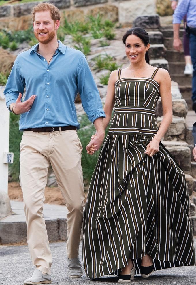 Meghan Markle thành tâm điểm khi nắm tay chồng dự sự kiện ở Australianăm2018. Côdiện maxi kẻ sọc của hãng thời trang cao cấp Martin Grant với đôi đế xuồngcủa Castañer.