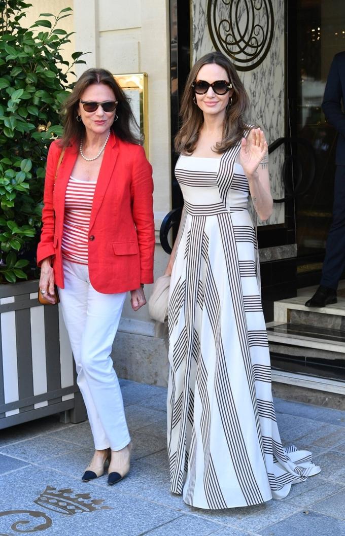 Angelina Jolie diện thiết kế kẻ sọc của Loro Piana Camille, phối kính râm Louis Vuitton khi xuất hiện trên đường phố Paris (Pháp) năm 2019.