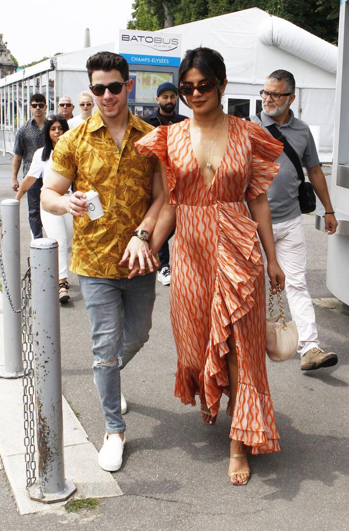 Hoa hậu Ấn Độ Priyanka Chopra thu hút sự chú ý của fan khixuất hiện bên chồng trẻ - ca sĩ Nick Jonas - ở Pháp hồi tháng 6/2019. Thiết kế màu nâu ánh kim của Markary có phần cổ khoét sâu, xẻ tà cao.