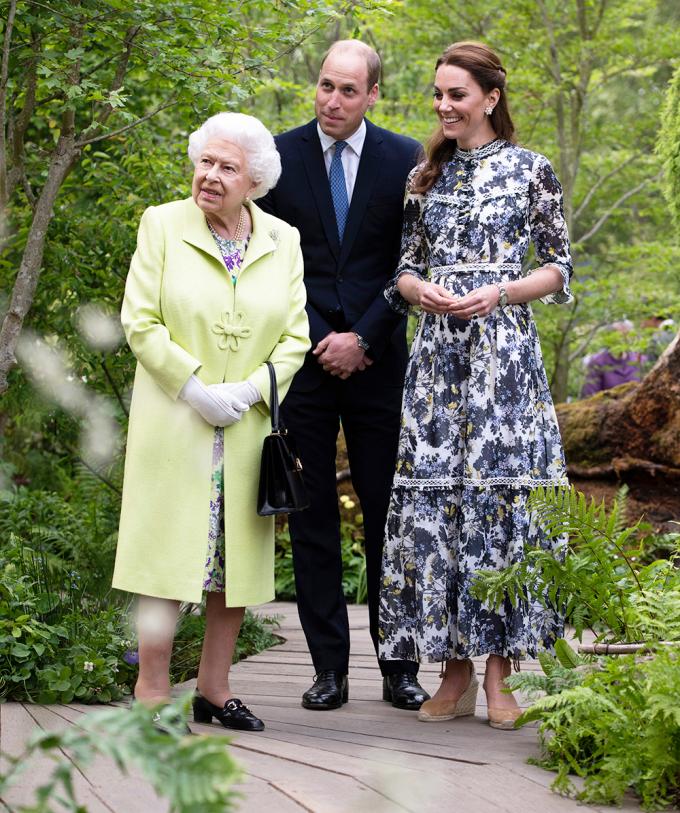 Tháng 5/2019, công nương Kate Middleton cùng chồng và nữ hoàng Elizabeth dự Triển lãm hoa hàng năm của Chelsea. Cô chọn váy hoa màu sắc nền nã của Erdem, kết hợp với đôi giày da lộn gam nude Stuart Weitzman và khuyên tai kim cương.