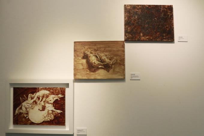 Bộ ba bức tranh vẽ bằng máu bò, muối, phèn chua của họa sĩ Nguyễn Văn Đủ. Ảnh: Bảo Thư.