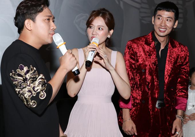Vợ chồng Trấn Thành (trái) dự buổi ra mắt phim Xin chào Papa của Tuấn Trần, tối 29/6. Ảnh: Bil.