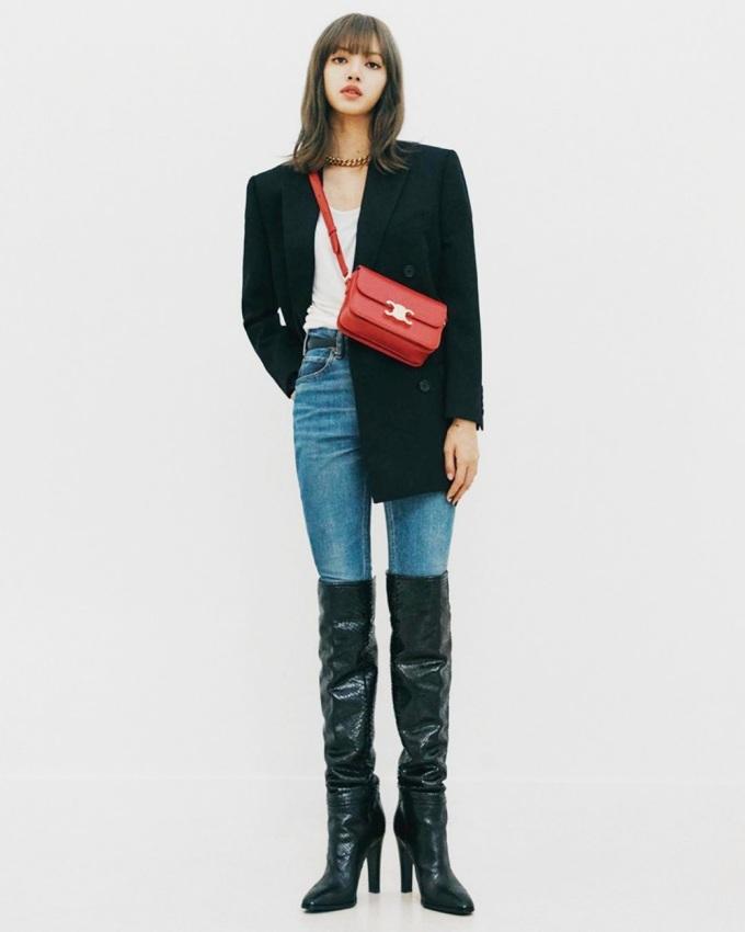 Lisa nhận mưa lời khen khi chia sẻ phong cách thời trang trên Instagram tháng 8/2019, thu hút hơn 3,5 triệu lượt thích. Cô diện set đồ của Celine gồm: áo gabardine dáng quân đội giá 3.400 USD (khoảng 79 triệu) quần denim ôm sát 820 USD (19 triệu đồng) và boots cao cổ. Chiếc túi Celine màu đỏ là một trong những mẫu bán chạy của nhà mốt Celine, giá 3.450 USD (hơn 80 triệu). Theo Naver, các thiết kế đều lọt top bán chạy của hãng trong bốn tháng cuối năm ngoái.