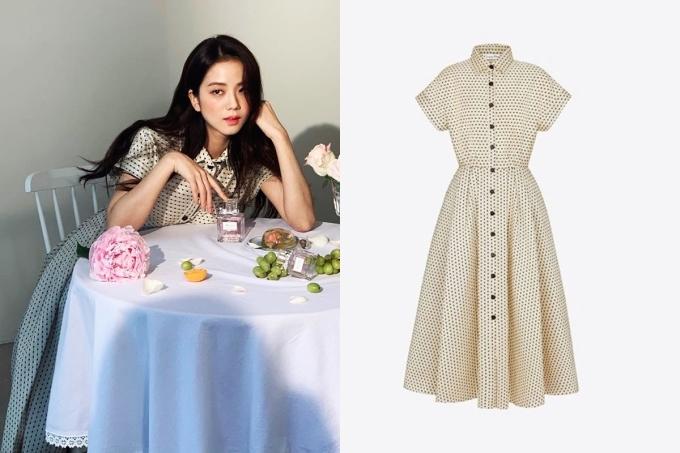 Jisoo trên Elle số tháng 7 với đầm sơ mi chấm bi - tuộc BST Xuân Hè 2020 của Dior. Thiết kế chế tác từ 81% lụa và 19% cotton, tạo điểm nhấn với hàng cúc đen, giá 5.935 USD.