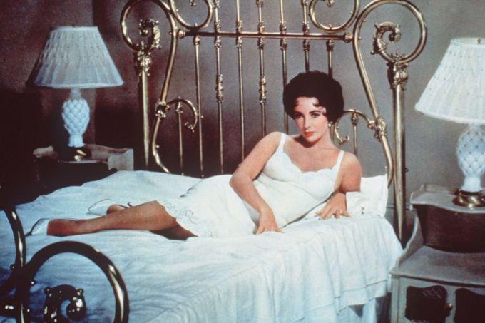 Năm 1958, váy ngủ được lăng xê bởi huyền thoại Elizabeth Taylor. Trong phim Cat on a Hot Tin Roof, Taylor hiện lên xinh đẹp với váy ngủ trắng nằm ngả trên giường - hình ảnh được đánh giá là một trong những cảnh kinh điển. Trong suốt chiều dài phim, nhân vật Maggie của cô thường xuyên xuất hiện với pajama.