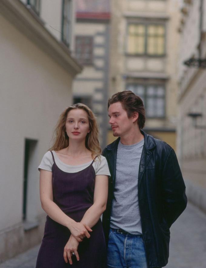 Trong Before sunrise (1995) - một trong bộ ba phim lãng mạn của Richard Linklater, váy ngủ được gắn với hình ảnh nên thơ và thanh lịch. Là hiện thân của cô gái Pháp sang trọng, nhân vật Celine (Julie Delpy) lang thang trên đường phố Vienna với người tình trong chiếc váy ngủ màu đen kèm áo phông màu xám. Bộ cánh được các chuyên gia đánh giá là trang phục hẹn hò hoàn hảo.