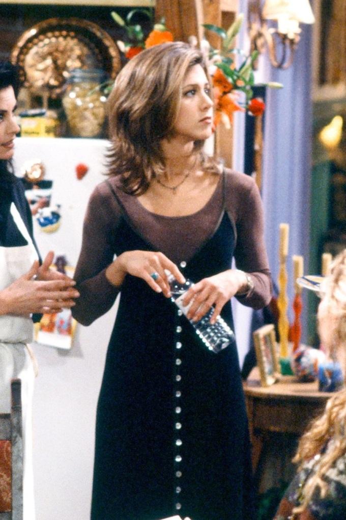 Sức ảnh hưởng của váy ngủ còn được chứng tỏ qua series Friends đình đám ở thập niên 1990 với cảnh nhân vật Rachel Green (Jennifer Aniston) diện váy ngủ được trang trí bằng hàng cúc phía trước, kết hợp áo thun mỏng dài tay.