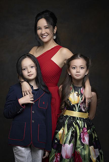 Hồng Nhung và hai con làm mẫu cho một dự án âm nhạc từ thiện vì trẻ em hồi đầu năm. Ảnh: Quốc Huy.