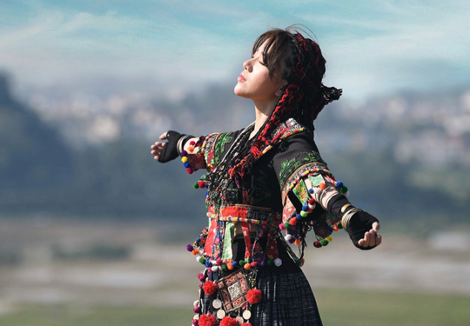 Tạo hình Phùng Khánh Linh trong MV. Ảnh: Times Records.