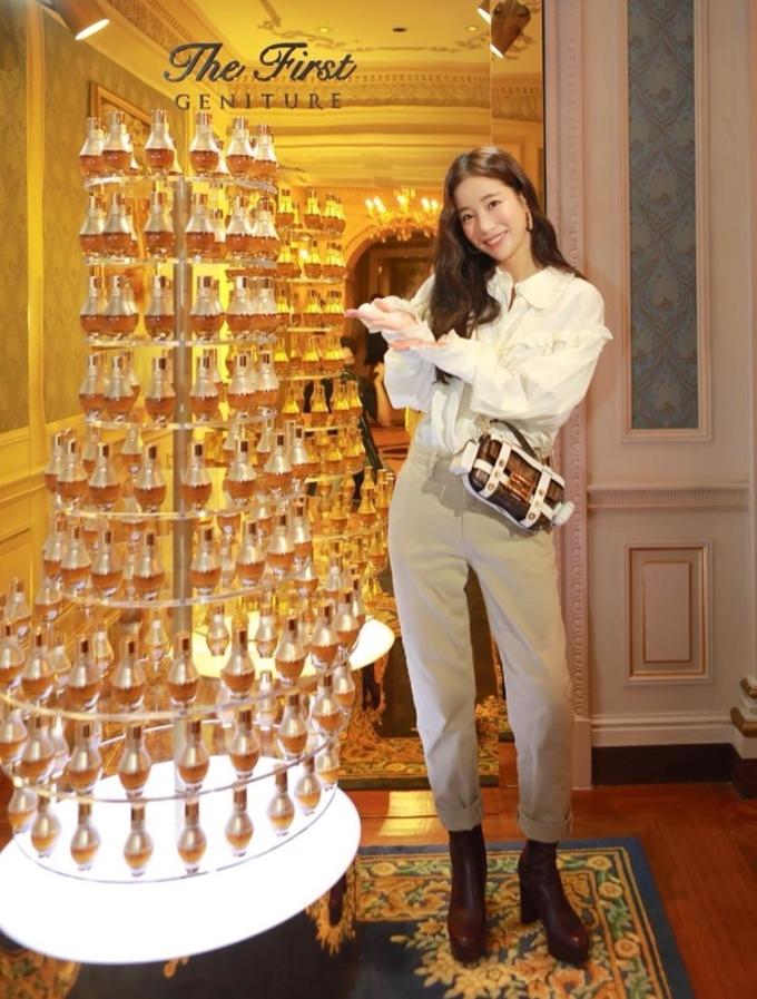 Mẫu túi hầm hồ của nhà mốt Fendi được tìm kiếm nhiều khi xuất hiện cùng Ki Eun Se ở sự kiện. Cô phối quần kaki màu be với sơ mi trắng bèo nhún và boots cao gam nâu - đồng điệu màu túi.