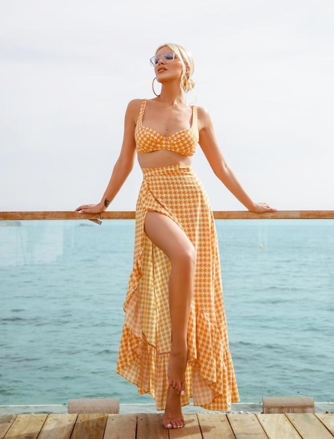 Cô tạo dáng với thiết kết kết hợp giữa bra và chân váy cắt xẻ của thương hiệu Lookseri.